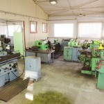 Szerszámgyártó műhely - Berettyóújfalu, I. számú telephely: egyetemes esztergagépek (EU 630 / 2000, E 400 / 1500, E 1 N / 200 / 400), palást- és furatköszörű (KU 250 / 600)