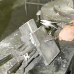 Öntőkokilla szétnyitása - kézi kokillaöntés (gravitációs kokillaöntés) - ajtókilincs öntése