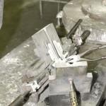 Öntvény eltávolítása az öntőkokillából – kézi kokillaöntés (gravitációs kokillaöntés) – ajtókilincs öntése