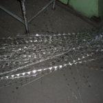 Ablakkilincs rozetta kivágása és hajlítása után visszamaradt alumínium lemezszél