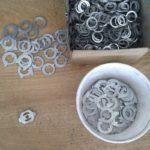 Acél és alumínium lemezből kivágott apró kilincs alkatrészek
