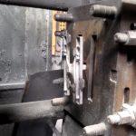 Gépi nyomásos öntéssel készült rozetta az öntőgép kinyitása után, még az öntőkokillában