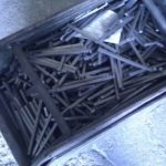 Horganyzásra váró ajtókilincs tengelyek (darabolt négyszög acélrudak)