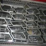 Húzott alumínium szelvényből vágott, csiszolásra és eloxálásra váró lengőajtó fogantyúk