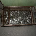 Különböző alkatrészek kivágása és darabolása közben felhalmozódott alumínium hulladék